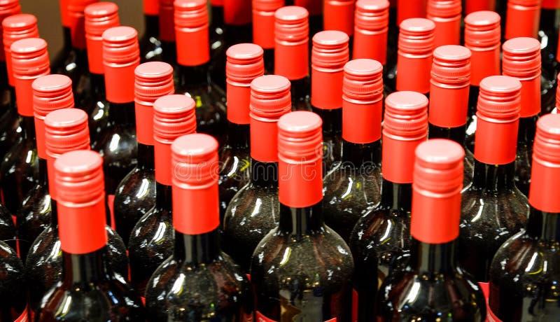 Varias botellas de vino viejas en la bodega imagen de archivo libre de regalías