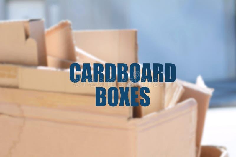 Varias cajas de cartón abandonadas foto de archivo
