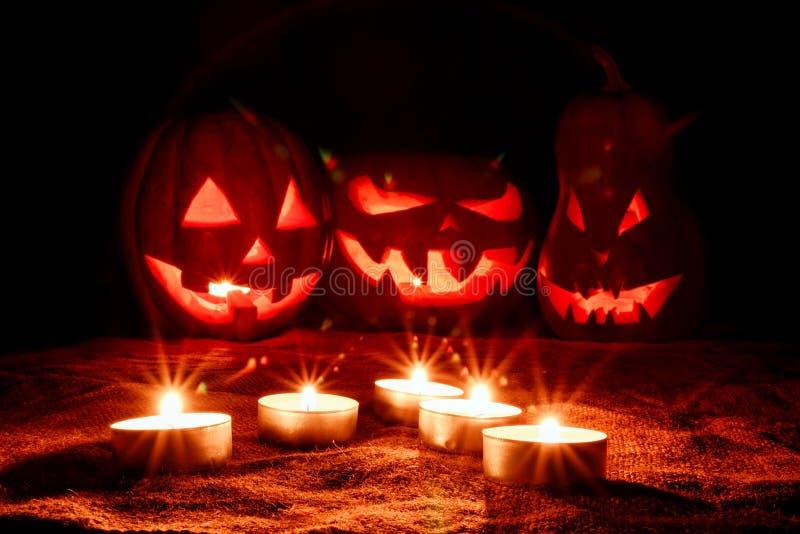 Varias calabazas muy asustadizas de Halloween, con una mirada amenazadora y foto de archivo