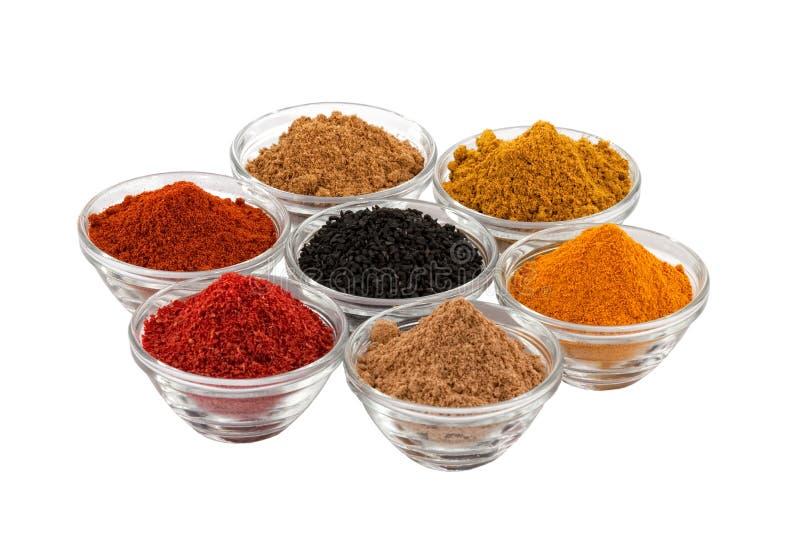 Varias especias del indio en tazón de fuente de los tazones de fuente de cristal foto de archivo