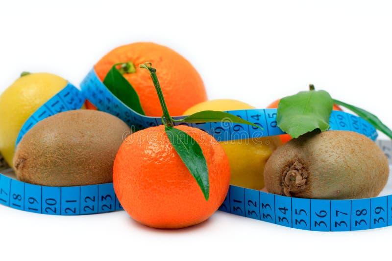 Varias frutas envueltas alrededor de una cinta foto de archivo libre de regalías