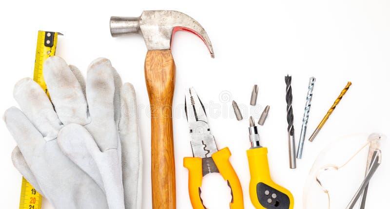 Varias herramientas de la construcción Aislado en el fondo blanco Martillo de DIY, guantes y gafas de seguridad hechos en casa, m imágenes de archivo libres de regalías