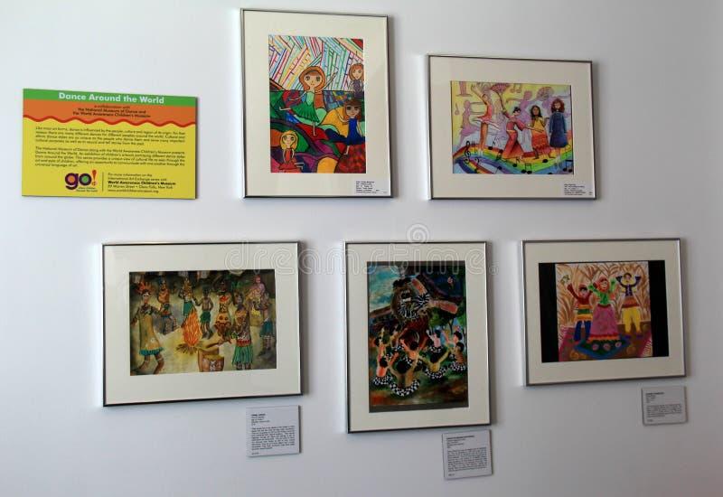 Varias imágenes de los niños que bailan en otras culturas, estado dirigidas para compartir la vida de otros países, museo de la d fotos de archivo libres de regalías