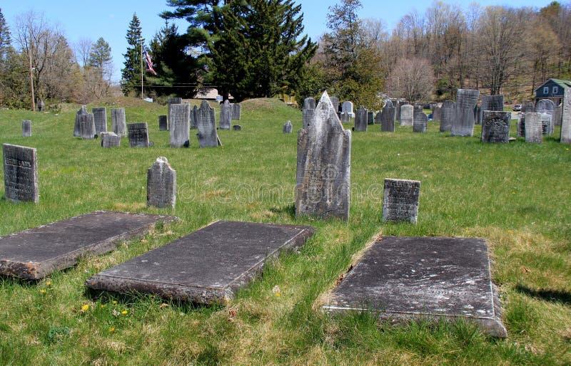 Varias lápidas mortuorias de soldados en el cementerio revolucionario, Salem, Nueva York, 2016 imagen de archivo libre de regalías