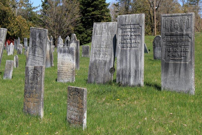 Varias lápidas mortuorias resistidas en el cementerio revolucionario viejo, Salem, Nueva York, 2016 fotos de archivo libres de regalías