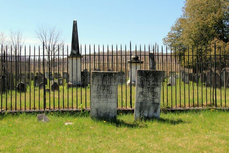Varias lápidas mortuorias y monumentos de soldados en el cementerio revolucionario, Salem, Nueva York, 2016 imágenes de archivo libres de regalías