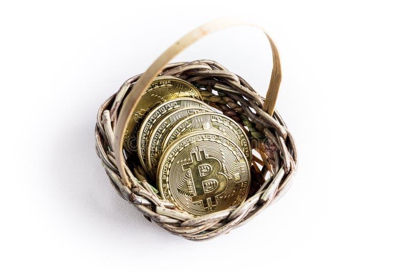 Varias monedas de oro del bitcoin dentro de una cesta de mimbre foto de archivo libre de regalías