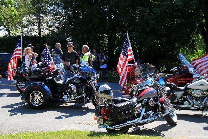 Varias motocicletas y jinetes que consiguen listos para el desfile del 4 de julio, Saratoga Springs, Nueva York, 2016 fotos de archivo libres de regalías