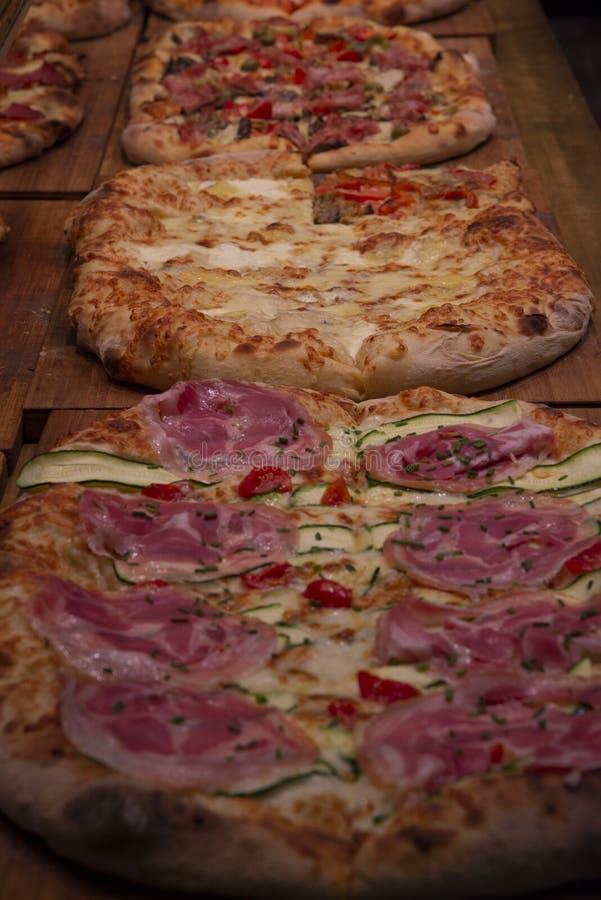 Varias pizzas a la venta en un escaparate imágenes de archivo libres de regalías