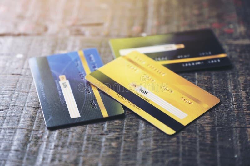 Varias tarjetas de crédito sobre la mesa foto de archivo libre de regalías