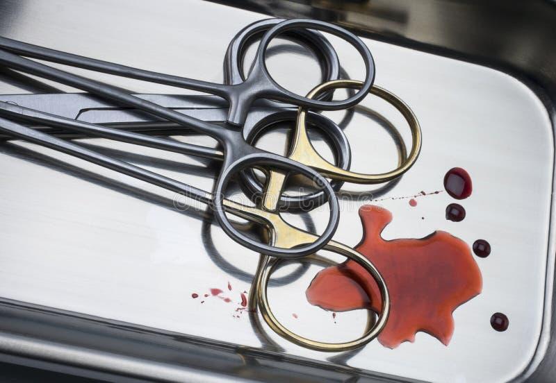 Varias tijeras en una bandeja de plata, rastros de la sutura de sangre, imagen conceptual fotos de archivo libres de regalías