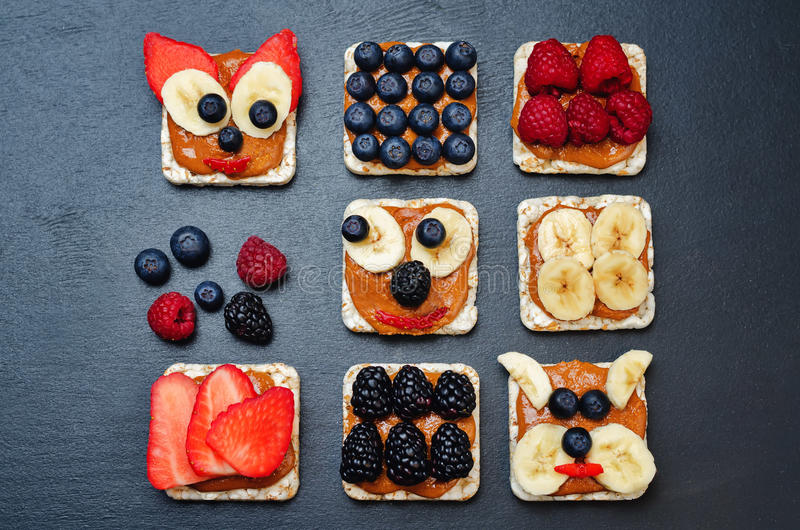 Variatie van de gezonde Broden van het pindakaasontbijt met bessen stock foto