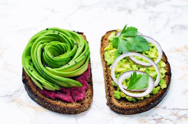 Variatie van de gezonde sandwiches van het roggeontbijt met avocado en bovenste laagjes royalty-vrije stock fotografie