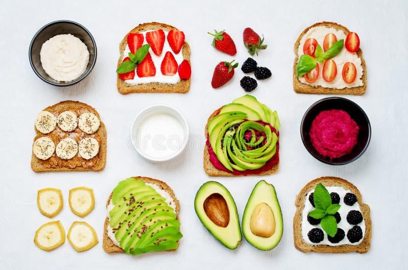 Variatie van de gezonde sandwiches van het roggeontbijt met avocado, humm stock foto's