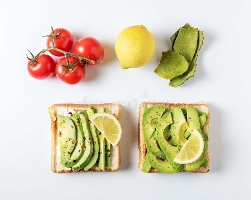 Variatie van gezonde ontbijtsandwiches met avocado en bovenste laagjes op witte achtergrond Het concept van het voedsel stock afbeelding