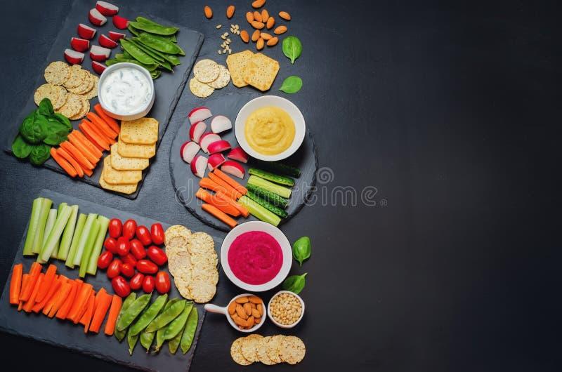 Variatie van gezonde veganistsnacks Groenten, crackers, onderdompeling en royalty-vrije stock afbeelding