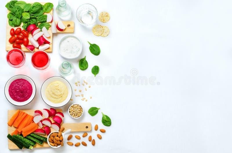 Variatie van gezonde veganistsnacks Groenten, crackers, onderdompeling en stock fotografie