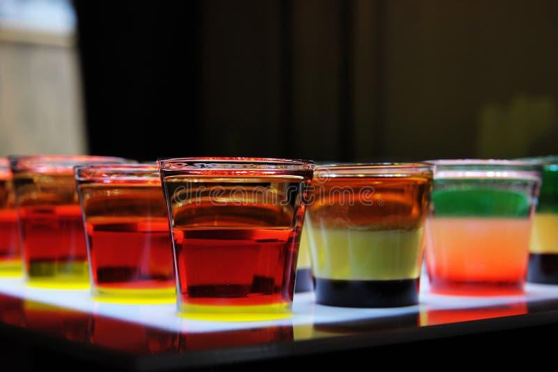 Variatie van harde alcoholische die schoten op barteller worden gediend royalty-vrije stock foto's