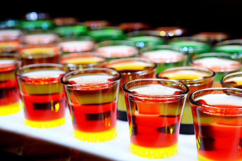 Variatie van harde alcoholische die schoten op barteller worden gediend royalty-vrije stock afbeelding