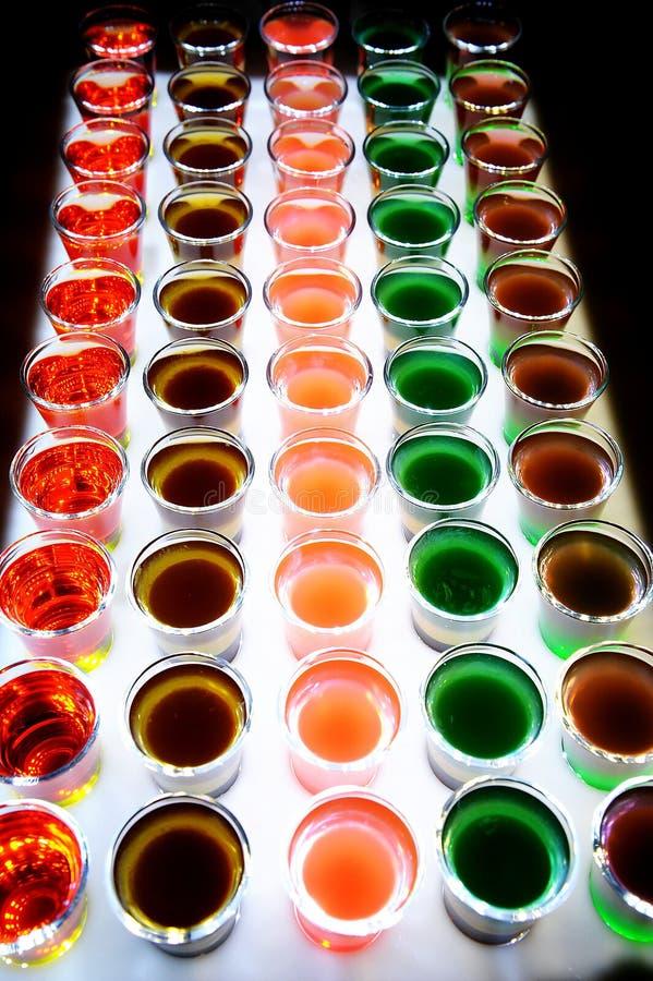 Variatie van harde alcoholische die schoten op barteller worden gediend stock foto