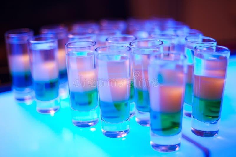 Variatie van harde alcoholische gediende schoten stock foto's