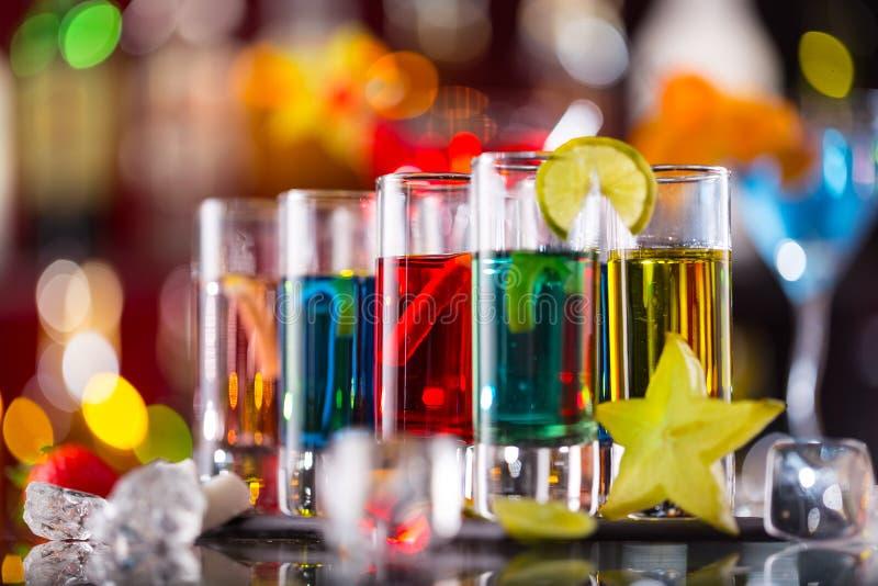 Variatie van harde alcoholische schoten op barteller stock foto
