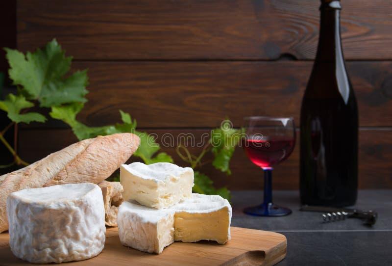 Variatie van kaas en wijn en brood royalty-vrije stock foto