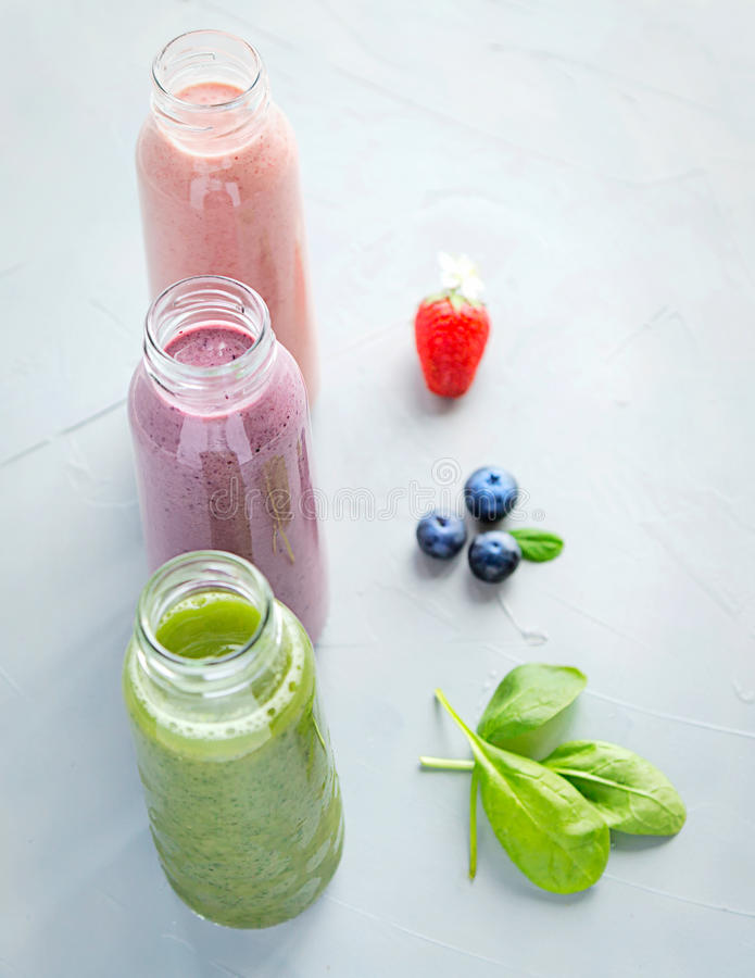 Variaties свежих и холодных Smoothies в бутылках стоковые фотографии rf