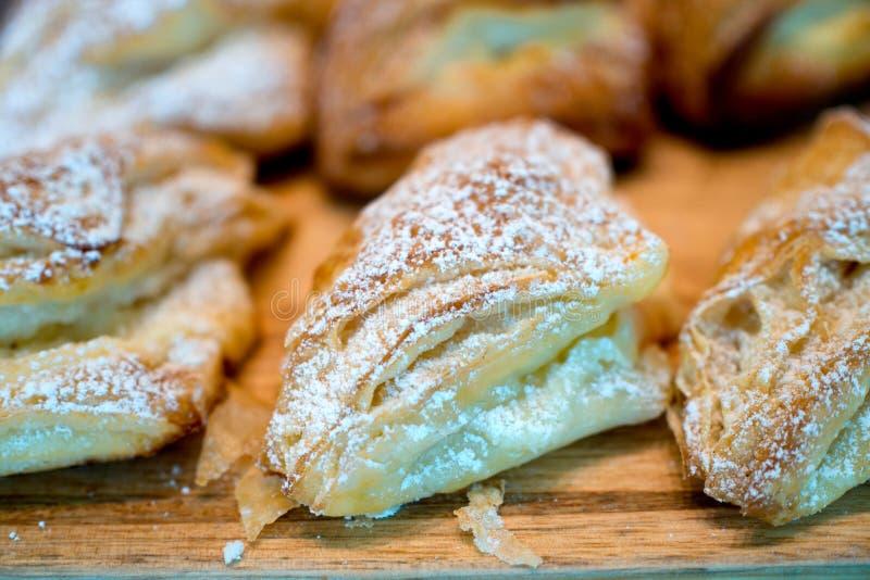 Variation av bageriprodukter på trä arkivfoto