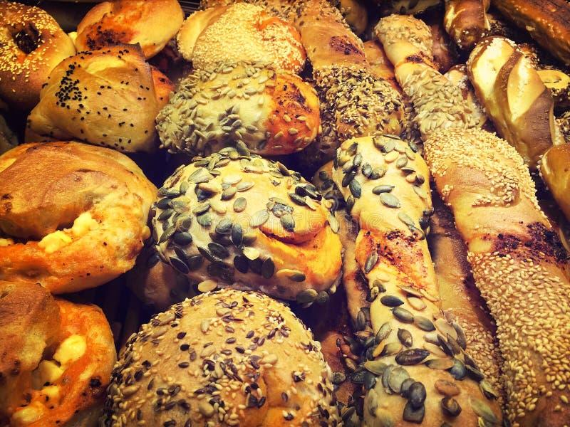 Variation av bröd ett bageri arkivfoton