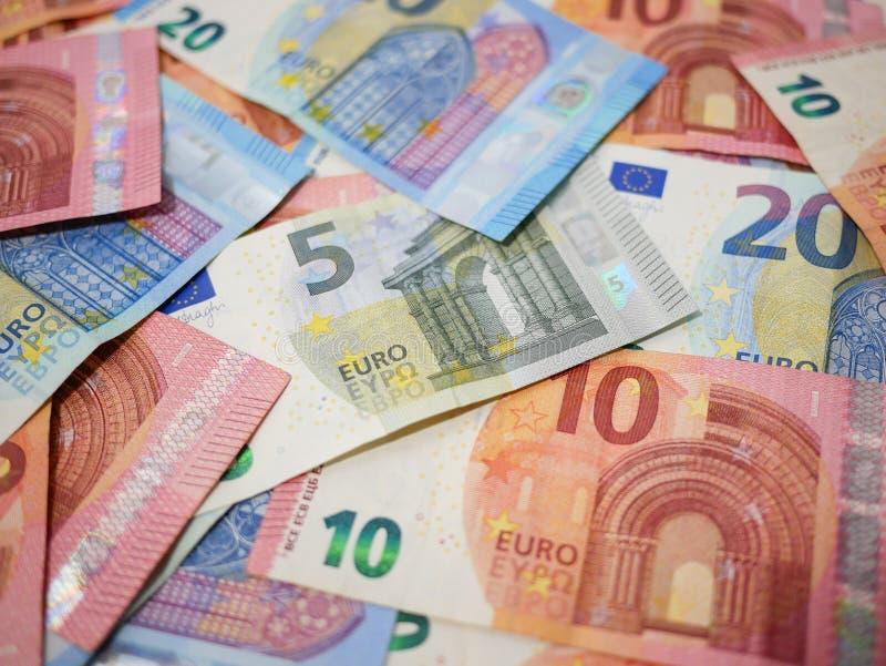 Variation av eurovalutasedlar på ett skrivbord Olika valörer arkivbild