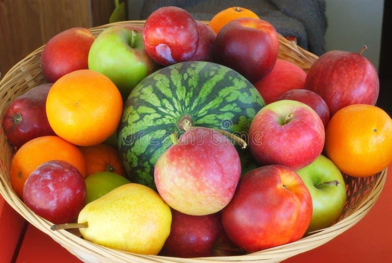 Variation av frukter i en korg arkivbild