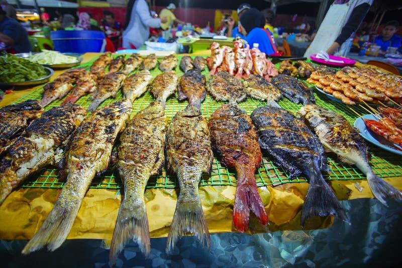 Variation av grillad skaldjur i Kota Kinabalu nattmarknad i Kota Kinabalu, Sabah Borneo, Malaysia arkivbilder