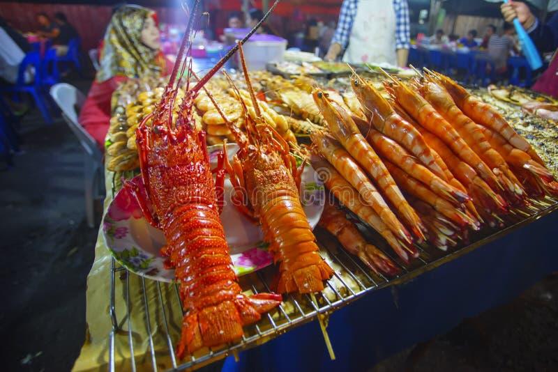 Variation av grillad skaldjur i Kota Kinabalu nattmarknad i Kota Kinabalu, Sabah Borneo, Malaysia royaltyfria foton