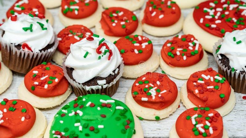 Variation av jul semestrar fester med chokladmuffin och med is sockerkakor för buttercream arkivbilder