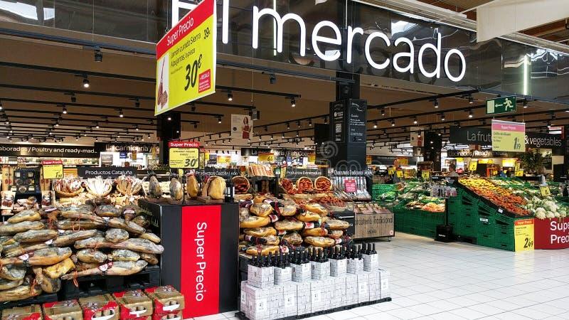 Variation av köttprodukter i en Carrefoursupermarket spain royaltyfri foto