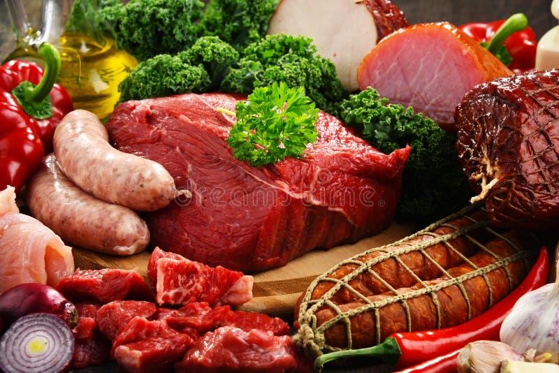 Variation av köttprodukter inklusive skinka och korvar royaltyfri bild