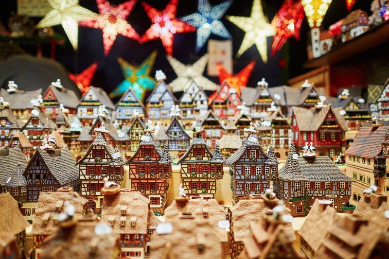 Variation av keramiska hus och stjärnagirlander på traditionell jul marknadsför i Strasbourg fotografering för bildbyråer
