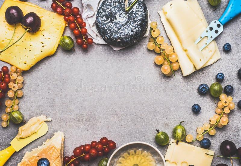 Variation av läcker ost med bär och honung för efterrätt eller frukost på lantlig bakgrund, bästa sikt royaltyfri bild