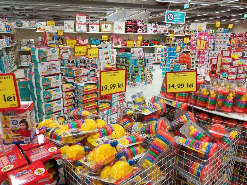 Variation av leksaker på jumbolagret arkivbilder