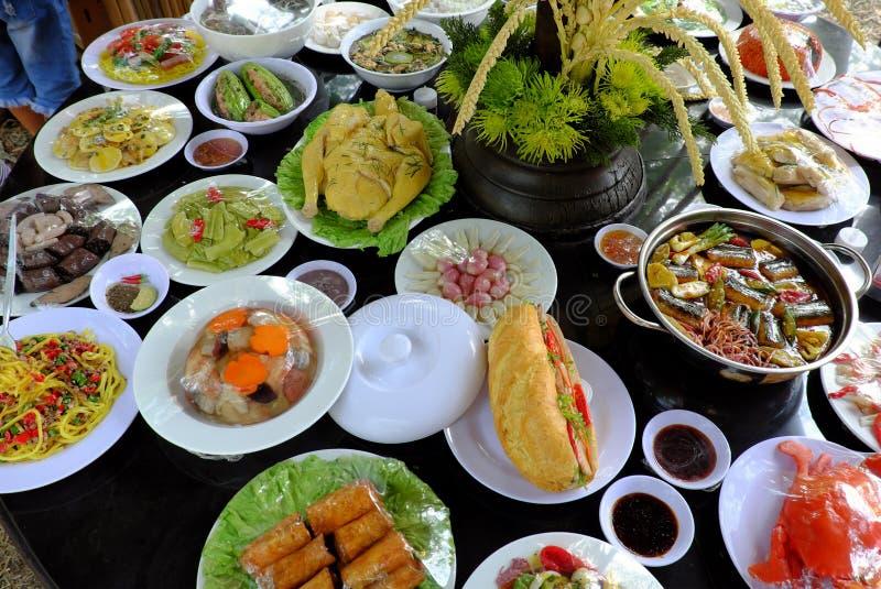 Variation av mat, vietnamesisk matmodell på tabellen royaltyfri fotografi