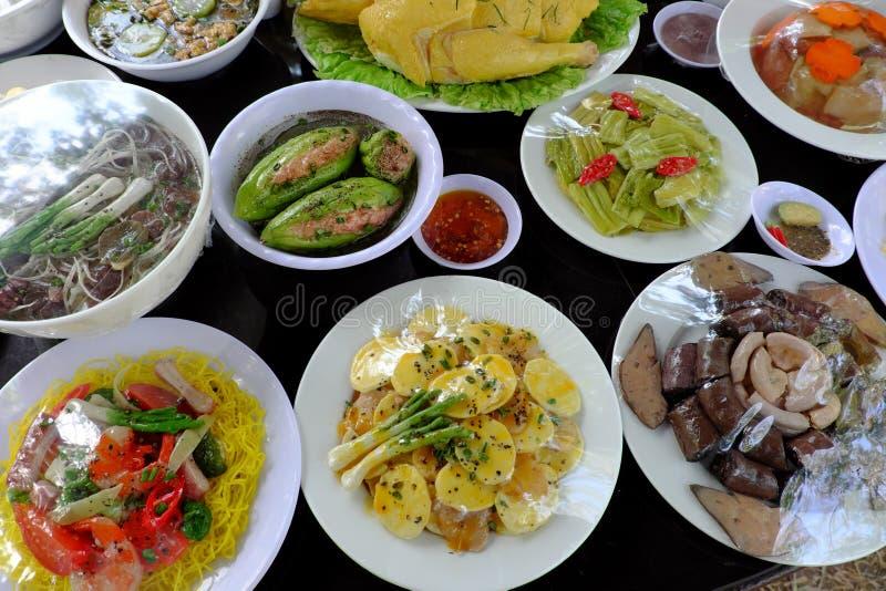 Variation av mat, vietnamesisk matmodell på tabellen royaltyfri bild