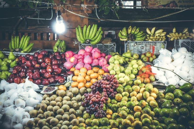 Variation av nya frukter på nattmarknad för organisk mat man för bali town för solnedgång för form för härlig indonesia ökuta syn arkivfoto