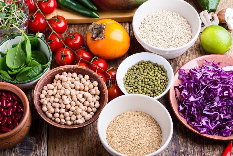 Variation av nya grönsaker, frukter, torra korn och bönor arkivbilder