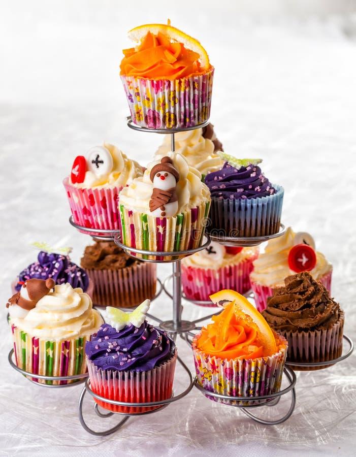 Variation av säsongsbetonade muffin som förläggas på en ställning royaltyfri fotografi