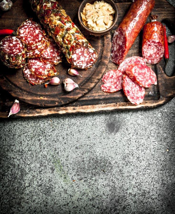 variation av salami med kryddor och örter arkivbild