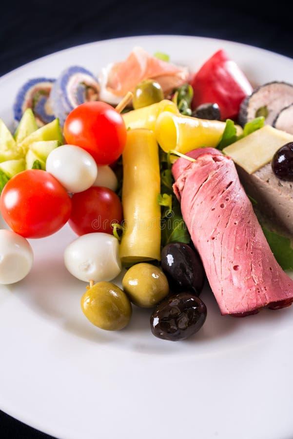 Variation av smakliga grönsaker och foiegras royaltyfri foto