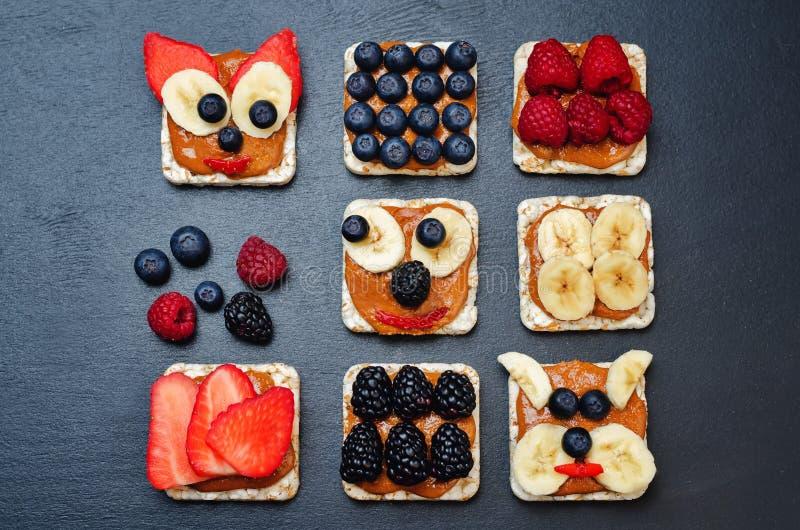 Variation av sunda bröd för frukost för jordnötsmör med bär arkivfoto