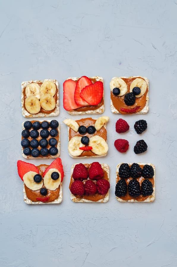 Variation av sunda bröd för havre för frukosten för jordnötsmör med är arkivbilder