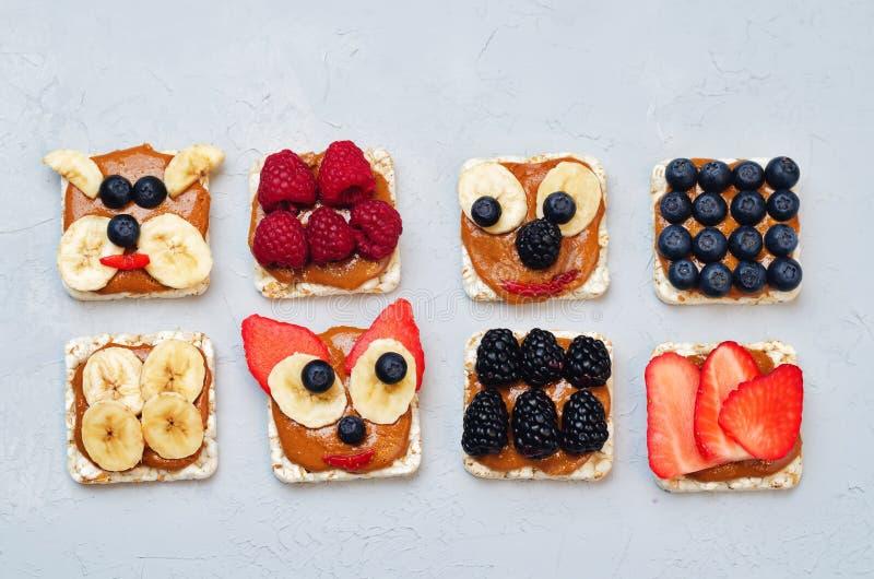 Variation av sunda bröd för havre för frukosten för jordnötsmör med är arkivfoto